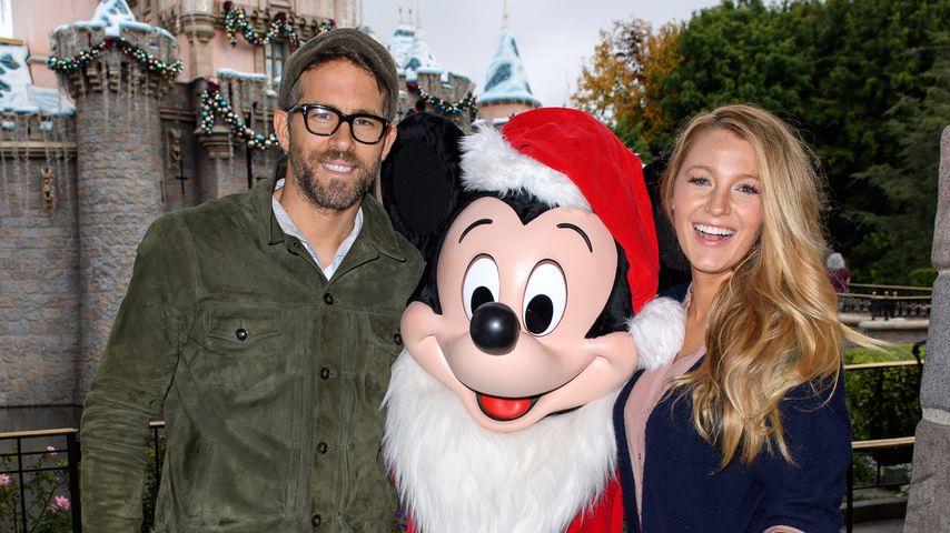 Ryan Reynolds und Blake Lively posieren mit Mickie Maus