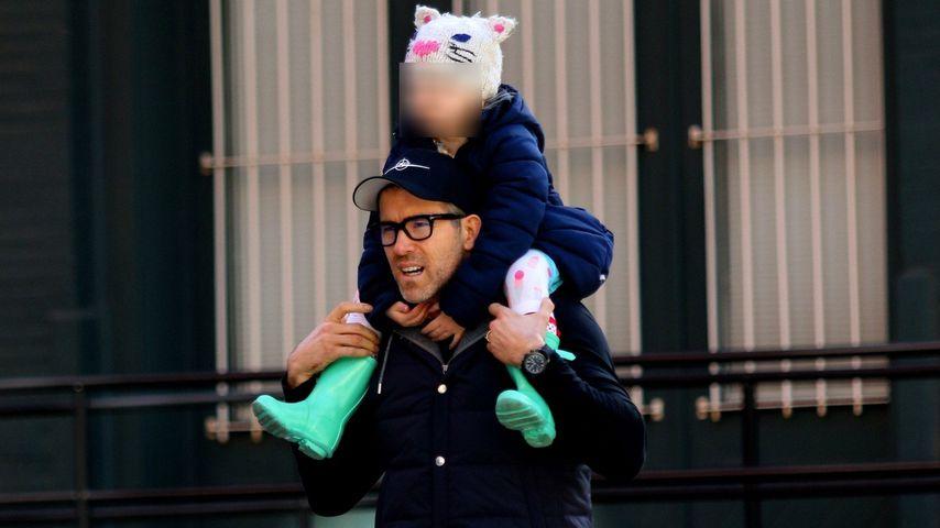 Vollblut-Papa: Ryan Reynolds trägt James auf den Schultern