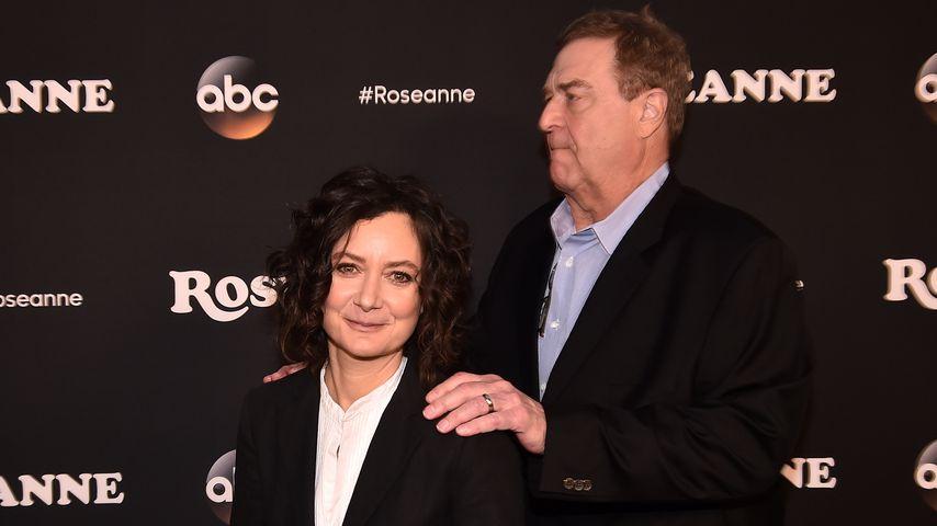 """Sara Gilbert und John Goodman bei der Premierenfeier von """"Roseanne"""""""