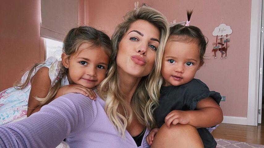 Sarah Harrison mit ihren Töchtern Mia und Kyla