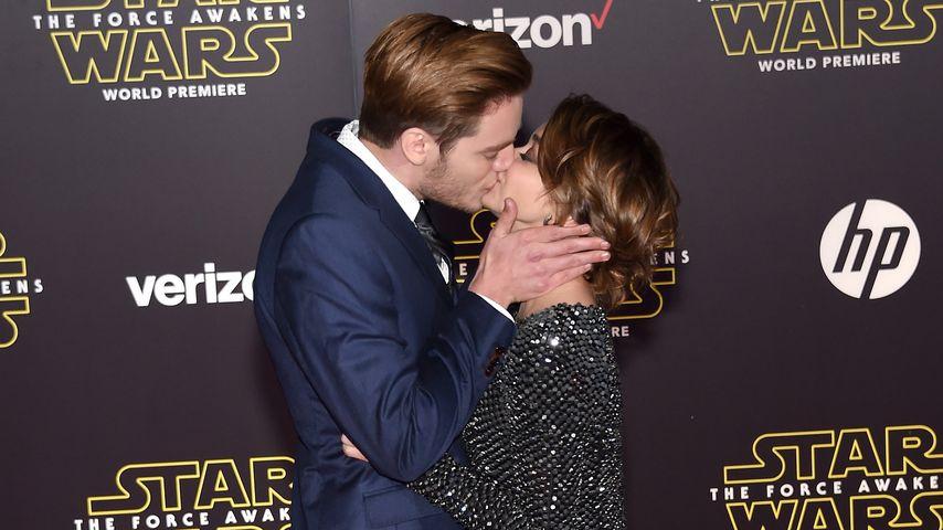 """Heiße """"Star Wars""""-Show: Sarah Hyland knutscht ihren Dominic"""