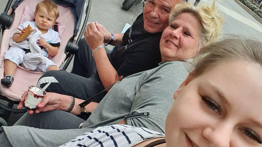Sarah-Jane Wollny (r) mit ihrer Mutter Silvia (m), ihrem Ziehvater Harald und Nichte Cathaleya (l)