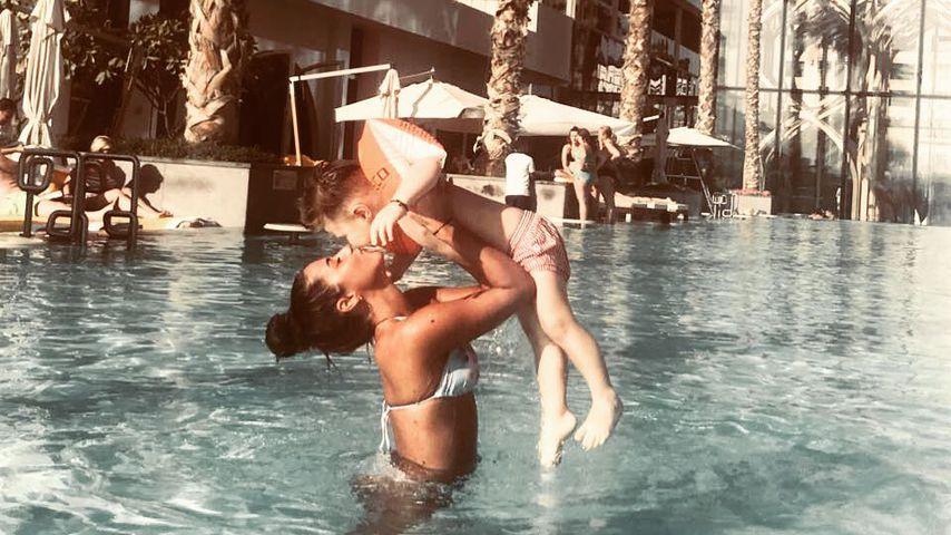 Pool-Kuss unter Palmen: Sarah Lombardi knuddelt Alessio!