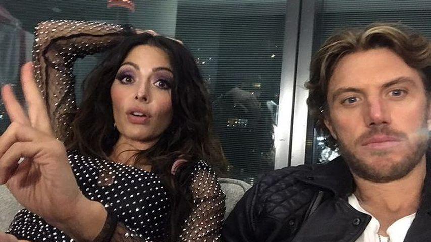 """Sarah Shahi und Adam Demos am Set von """"Sex/Life"""" im September 2020"""