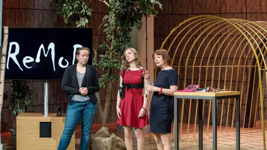 """Saskia Holodynski, Dindia Gutmann und Anna Vonnemann präsentieren ihr Produkt """"MovEAid"""""""