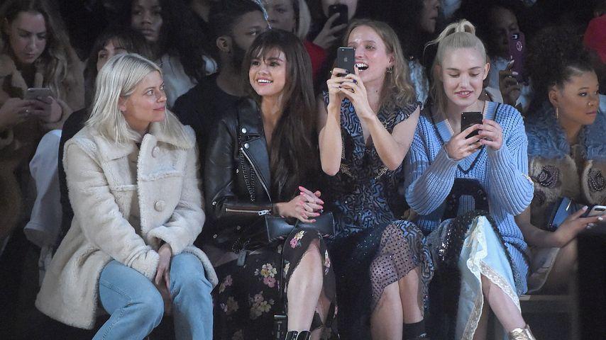 Selena Gomez (2.v.l.) bei einer Modenschau auf der New York Fashion Week 2018