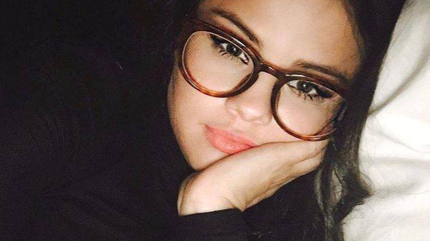 Nachdenklich: Brillen-Schlange Selena Gomez grübelt im Bett