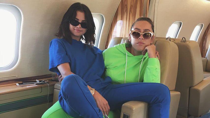 Selena Gomez und Theresa Mingus im Flugzeug