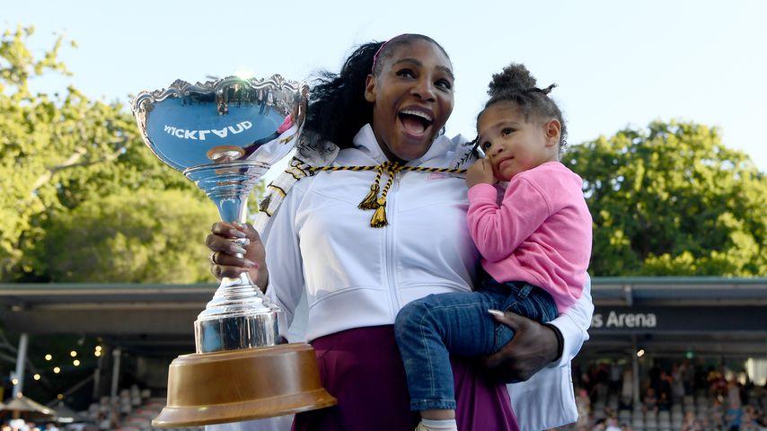 Serena Williams und ihre Tochter Olympia bei einem Tennisturnier in Auckland, Neuseeland