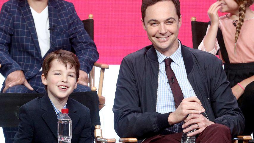 Sheldon-Cooper-Darsteller Jim Parsons (r.) mit der jüngeren Version seiner Rolle Iain Armitage