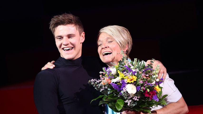 """Simon Zachenhuber mit seiner Mutter bei """"Let's Dance"""" 2021"""