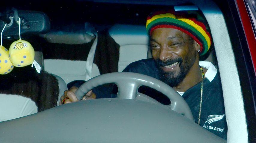 Grinst Snoop Dogg hier bekifft am Steuer?