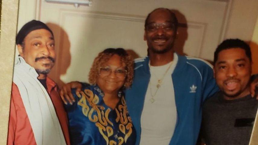 Snoop Dogg mit seinen Brüdern und seiner Mutter