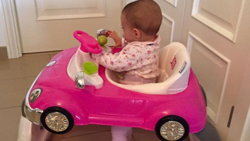 Katzen-Mobil: Sophia Cordalis lernt im pinken Flitzer laufen