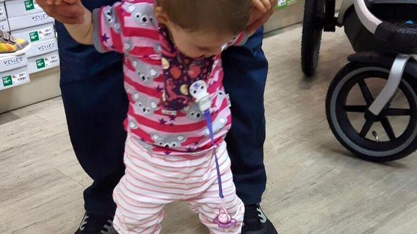 Sophia Cordalis mit ihren ersten Lauflernschuhen
