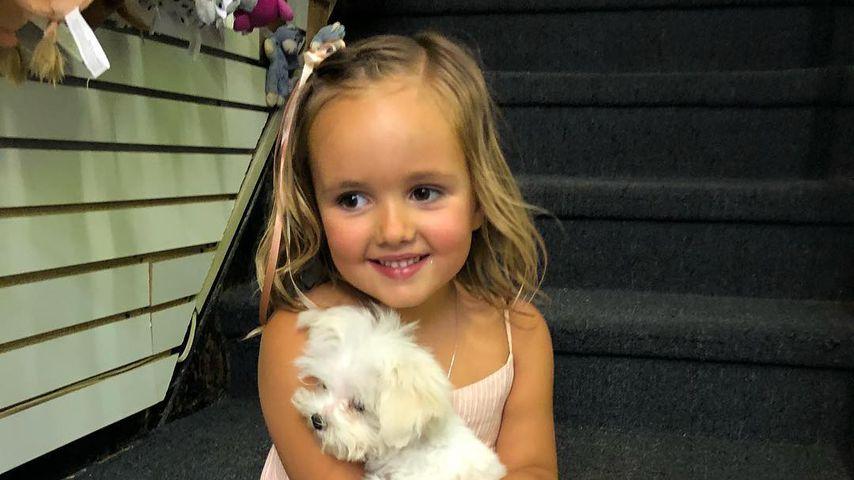 Sophia Ecclestone-Rutland mit ihrem Hund Fluffy
