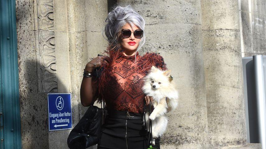Sophia Vegas mit ihrem Hund