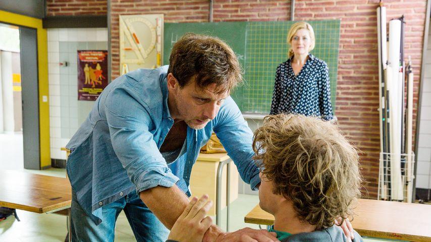 Stefan Vollmer (Hendrik Duryn, l.), Tom (Jascha Rust) und Sabine Harbacher (Nicola Thomas)