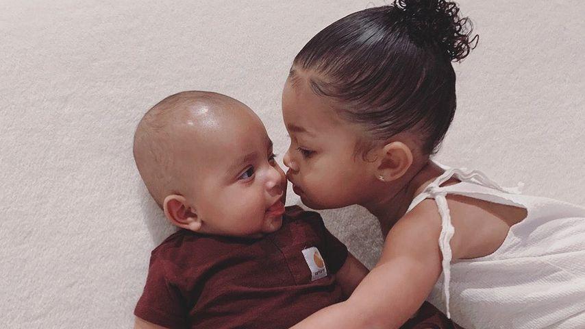 Hier gibt Stormi ihrem Cousin Psalm West einen dicken Kuss