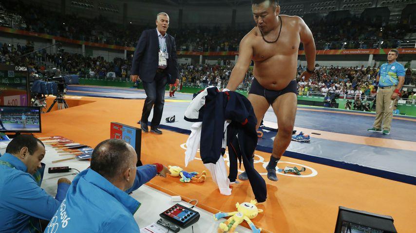 Striptease-Protest der monoglischen Trainer