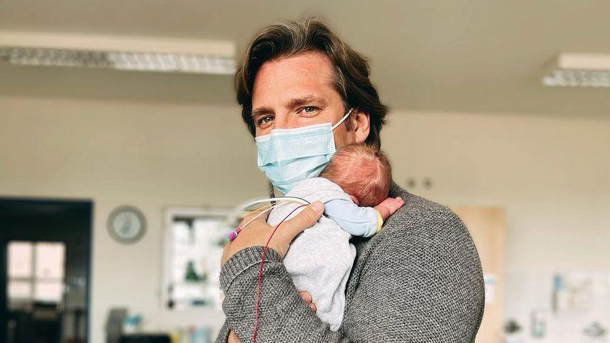 Tanja Szewczenkos Mann mit einem der Zwillinge auf dem Arm