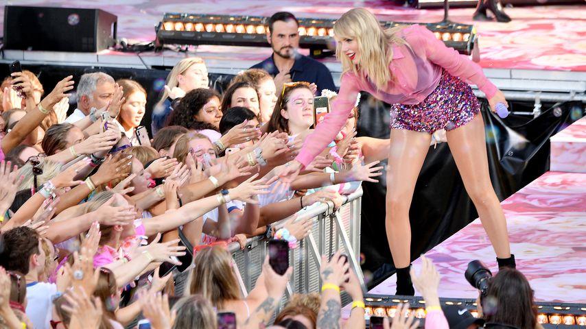 Taylor Swifts Vater verteilt Pizza an wartende Fans