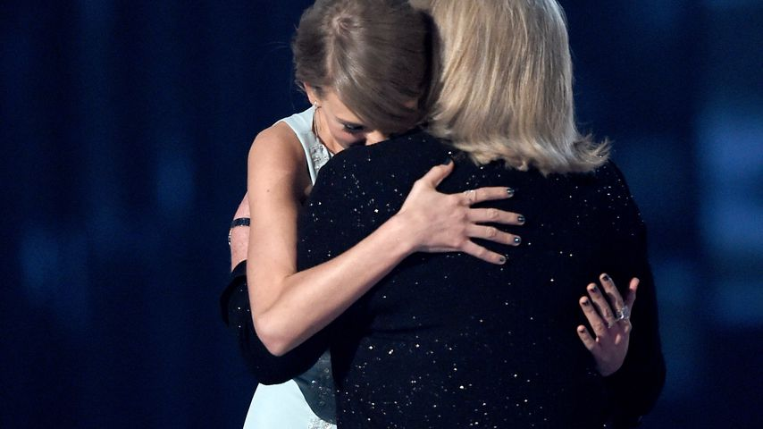Taylor Swift und Mama Andera bei der Verleihung des Milestone Awards 2015