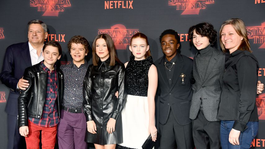 "Der ""Stranger Things""-Cast mit Netflix CCO Ted sarandos und VP Cindy Holland"