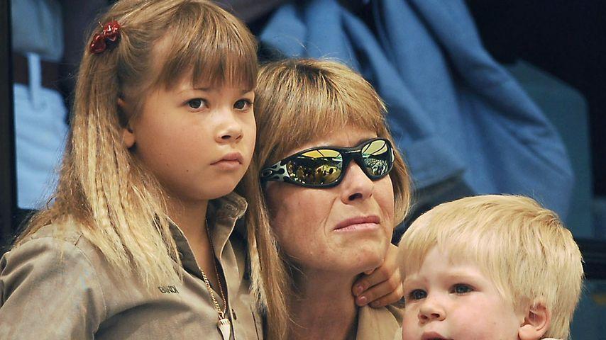 Terri Irwin mit ihren Kindern Bindi und Robert Clarence bei der Beerdigung von Steve Irwin