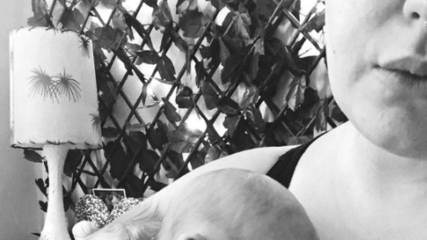 Echt knuffig: Hier knuddelt Plussize-Model Tess ihr Baby