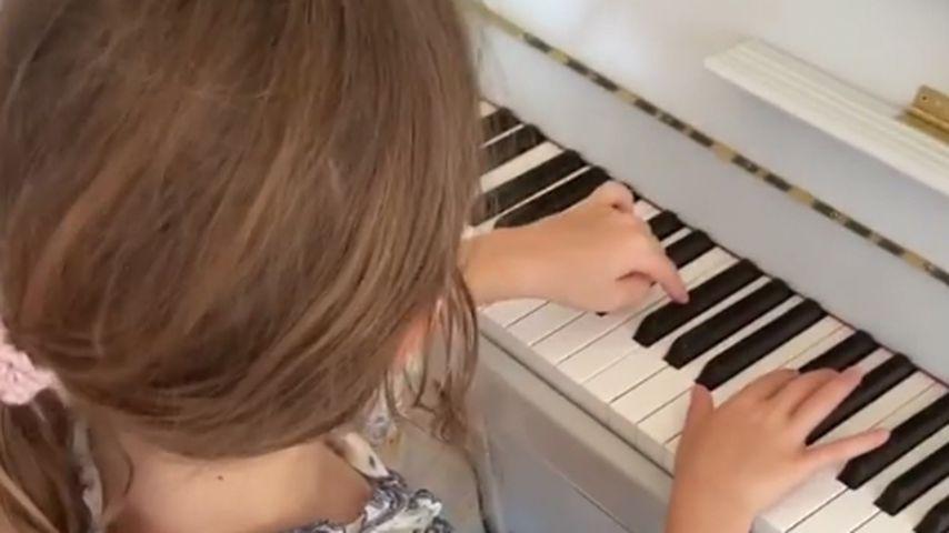 Theodora Rose Williams am Klavier
