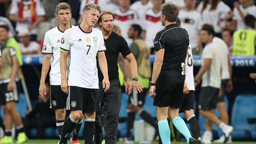 Thomas Müller und Bastian Schweinsteiger nach der Niederlage gegen Frankreich bei der EM 2016