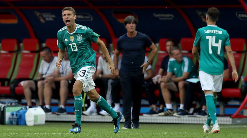 Thomas Müller und Joachim Löw bei der Partie gegen Südkorea