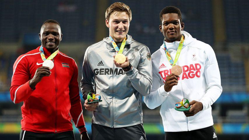 Thomas Röhler (Mitte) mit seinen Gegnern aus Trinidad & Tobago und Kenia bei der Siegerehrung