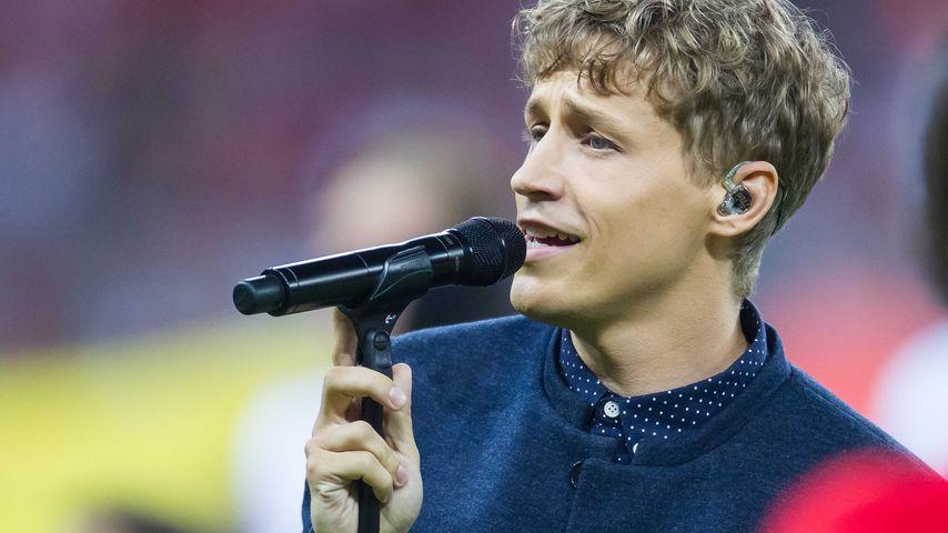 Tim Bendzko singt bei einem Bundesligaspiel im August 2016