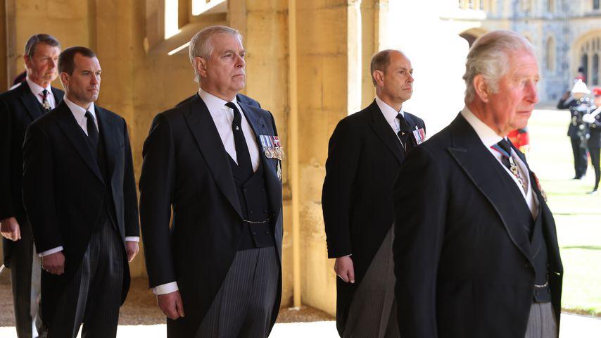 Timothy Laurence, Peter Phillips und die Prinzen Andrew, Edward und Charles bei Philips Trauerfeier