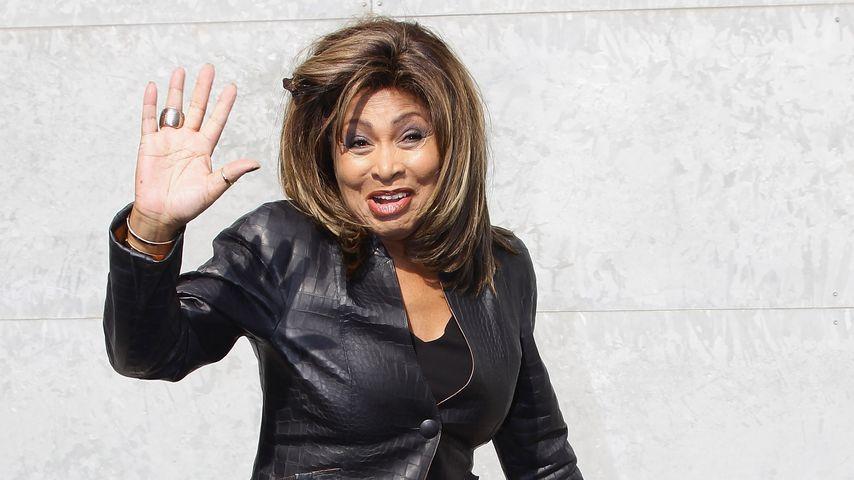 Tina Turner bei der Emporio Armani Fashion-Show in Mailand
