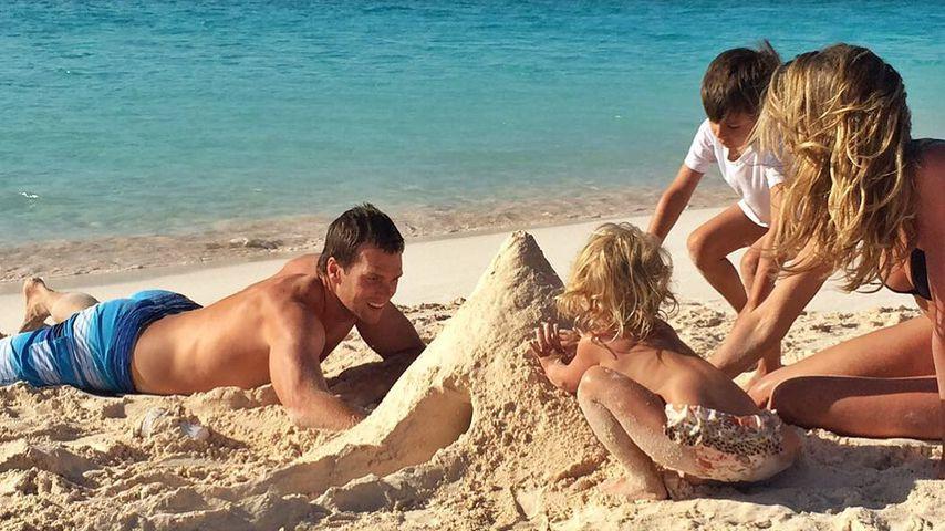 Tom Brady und Gisele Bündchen mit ihren Kids am Strand