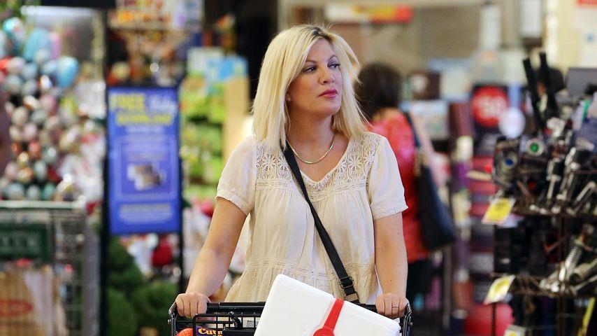 Selbst ist die Frau! Schwangere Tori Spelling stemmt Einkauf