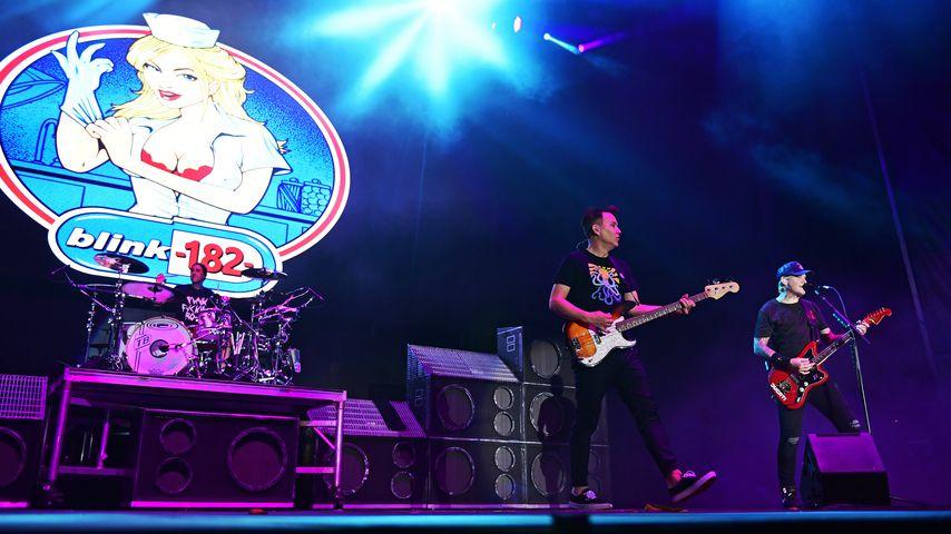 Travis Barker, Mark Hoppus und Matt Skiba bei einem Konzert