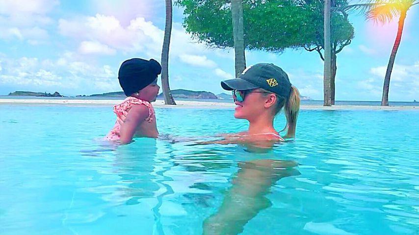Khloe Kardashian mit ihrer Tochter True im Urlaub