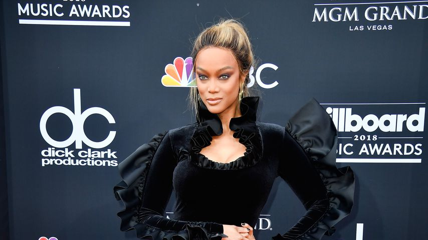 Tyra Banks in einem schwarzem Samtkleid bei den Billboard Music Awards 2018
