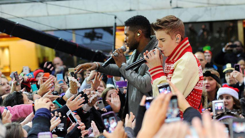 Usher und Justin Bieber bei einem Konzert