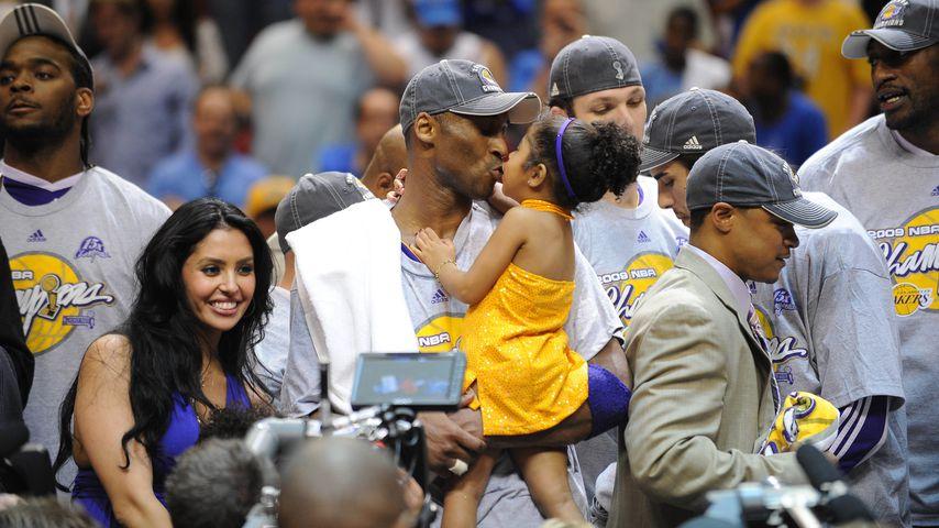 Vanessa Bryant mit ihrem Mann Kobe und ihrer Tochter, Juni 2009