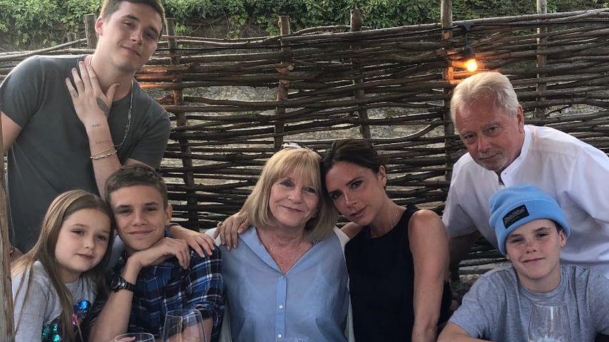 Victoria Beckham mit ihren Kindern und Eltern