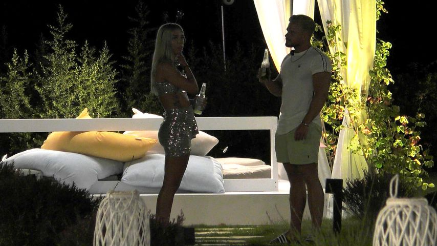 "Walentina und Baum bei ""Ex on the Beach"""