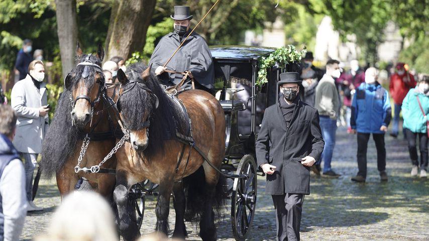 Willi Herrens Sarg auf dem Weg zum Grab