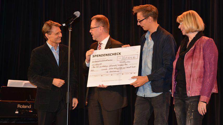 Wie angekündigt: Wolfgang Bahro spendet an Flüchtlingsheim