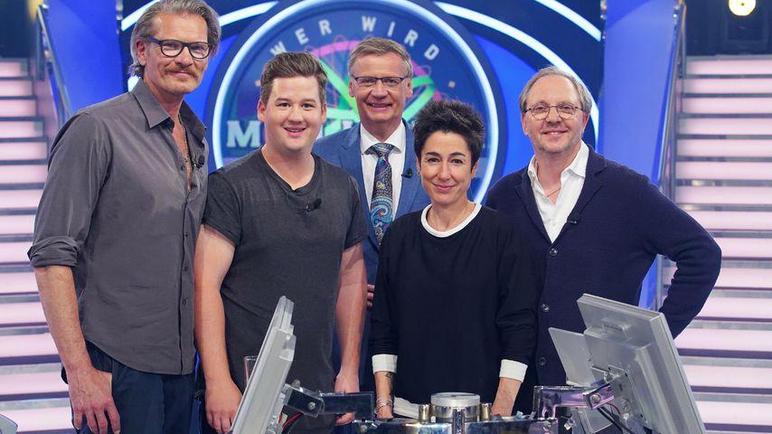 """Götz Otto, Chris Tall, Günther Jauch, Dunja Hayali und Olli Dittrich bei """"Wer wird Millionär?"""""""