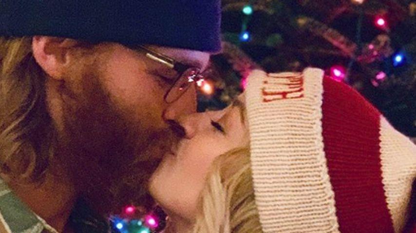 Wyatt Russell küsst seine Verlobte